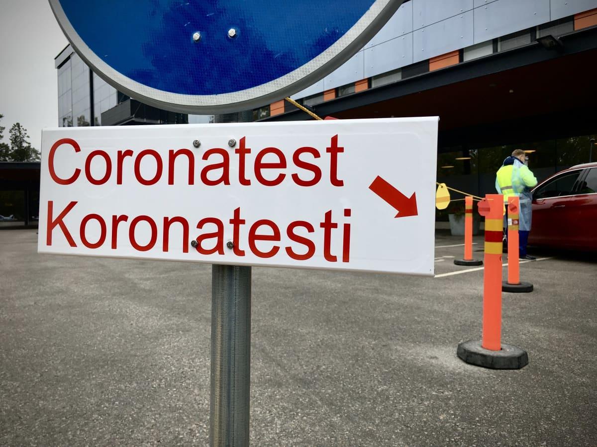 """Skylt med texten """"Coronatest"""" på finska och svenska."""