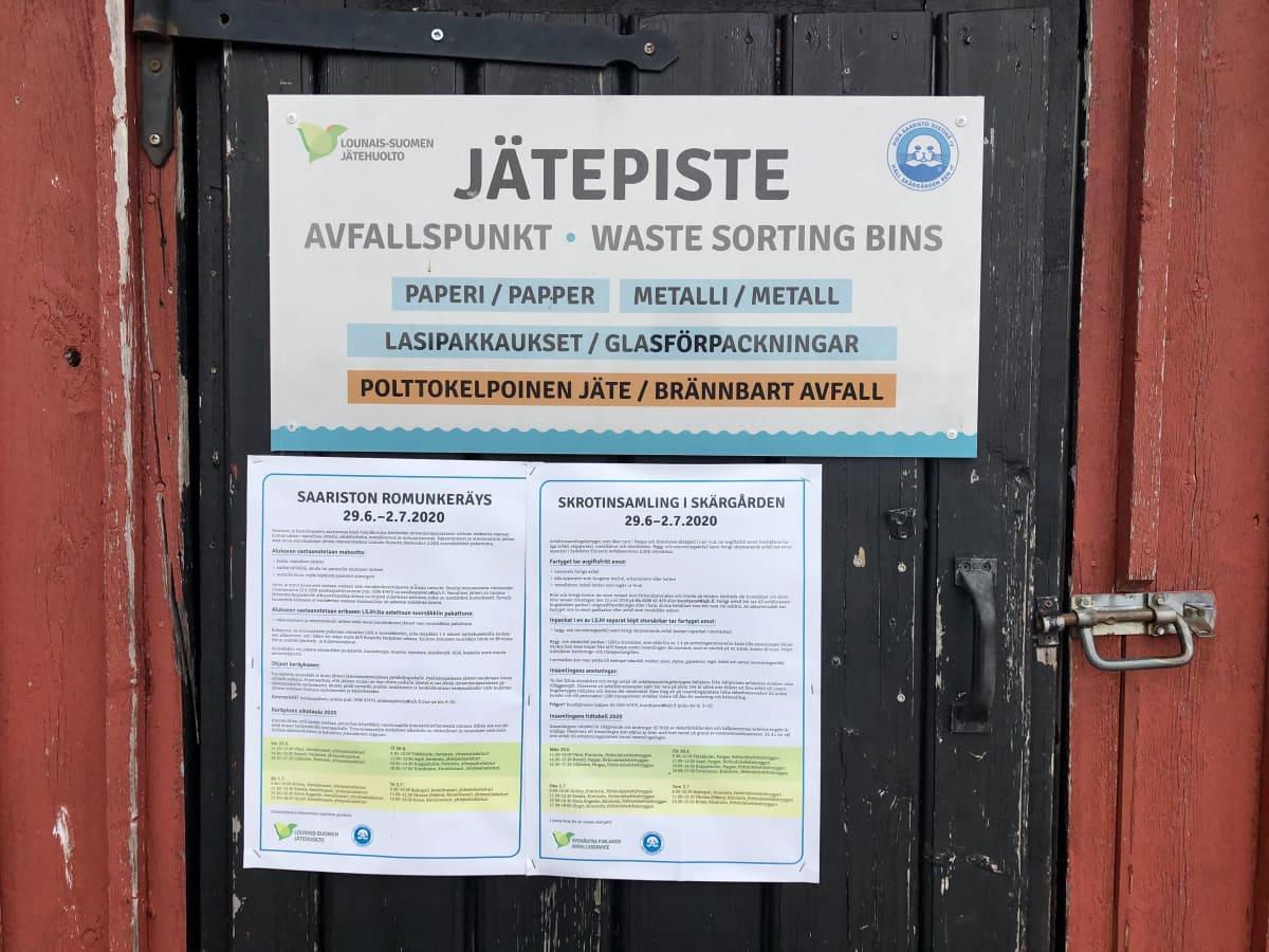 Saariston kierrätyskeskuksen ohjekylttejä.