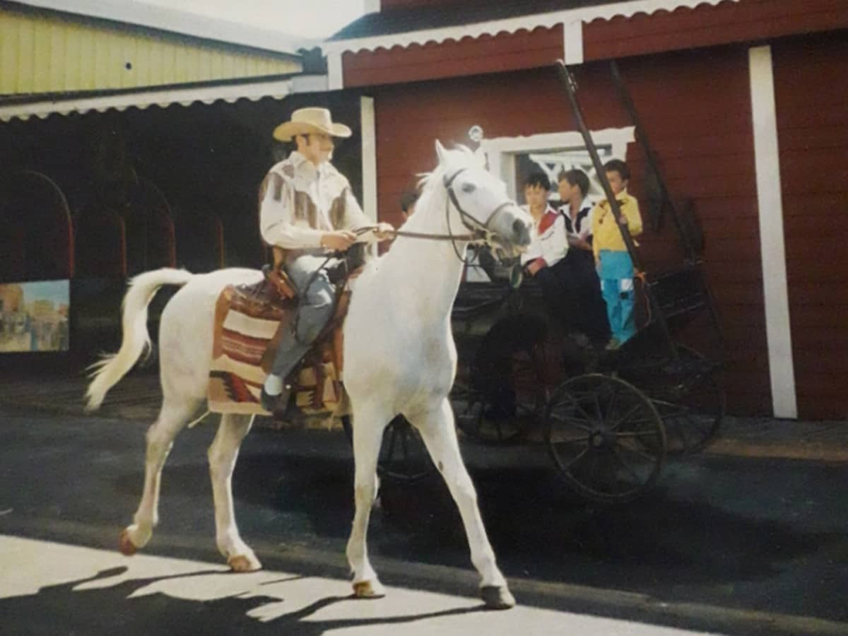 Mies ratsastaa hevosella
