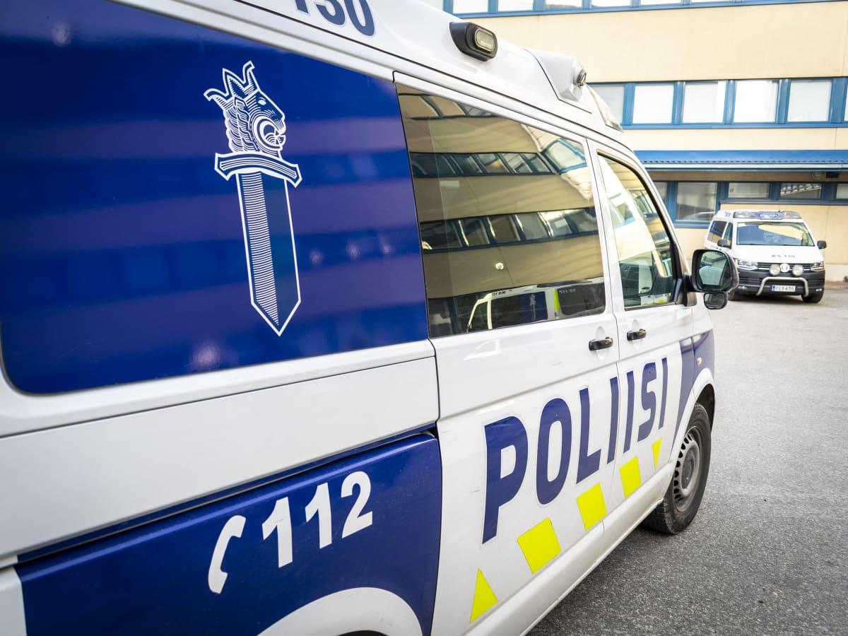Kaksi poliisiautoa sisäpihalla.
