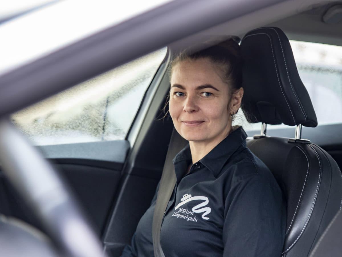 Mäkisen Liikennekoulun yrittäjä ja ajo-opettaja Maarit Mäkinen.