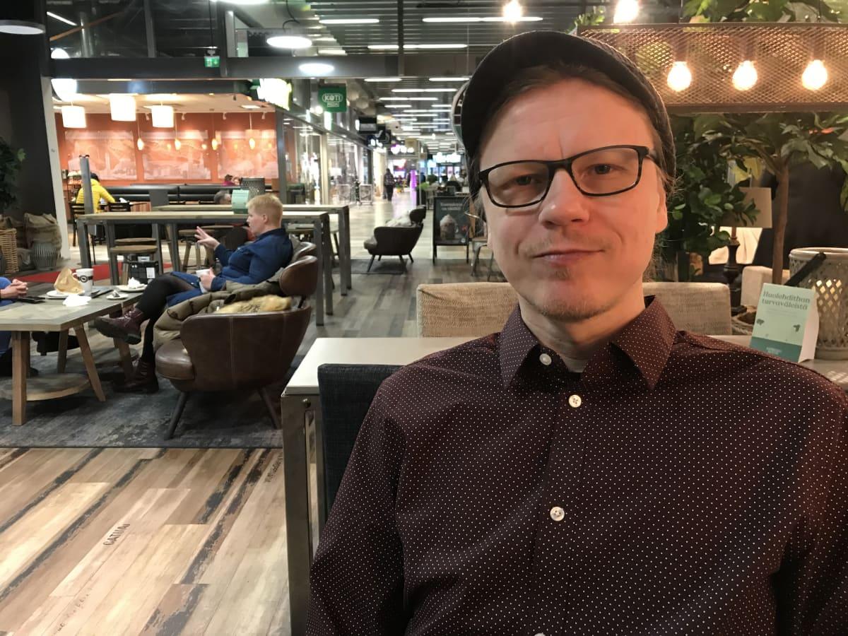 Jyrki Laiho istuu kahvilassa
