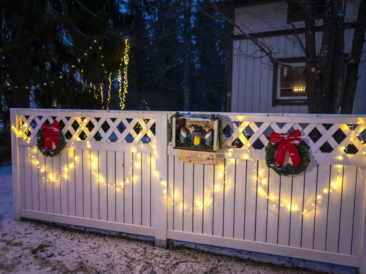 Jouluinen aita, jossa on joulukalenterin luukku 7.