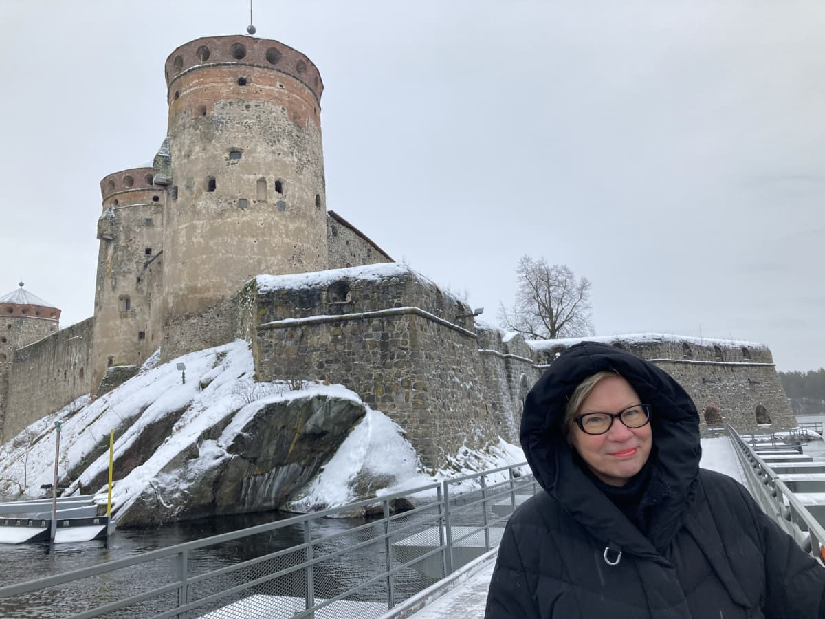 Savonlinnan Oopperajuhlien vakiokävijä Raija Peippo Olavinlinnan edustalla