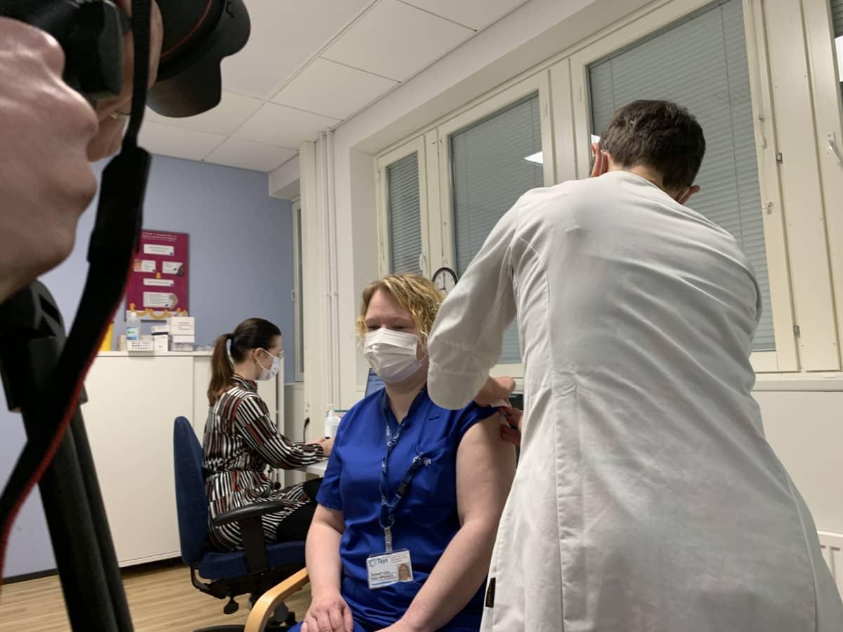 TAYSin teho-osaston sairaanhoitaja Saija Johansson saa rokotteen koronavirusta vastaan.