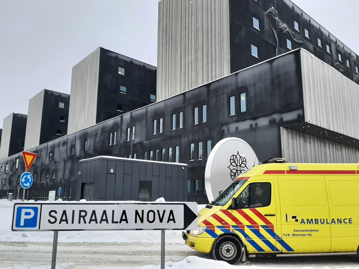 Ambulanssi ajaa uuden Keski-Suomen keskussairaalan edustalla.