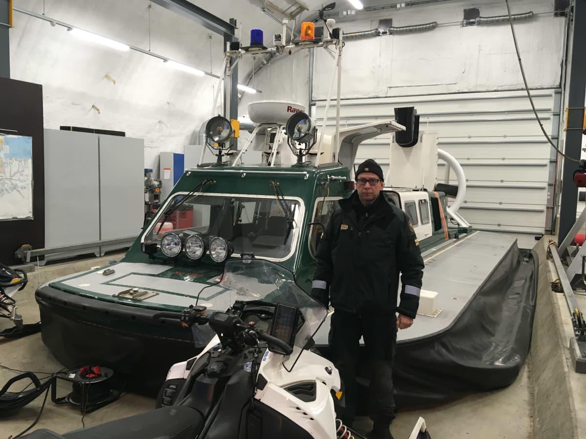 Kotkan merivartioaseman varapäällikkö Markku Ahonen esittelee merivartioston ilmatyynyalusta.