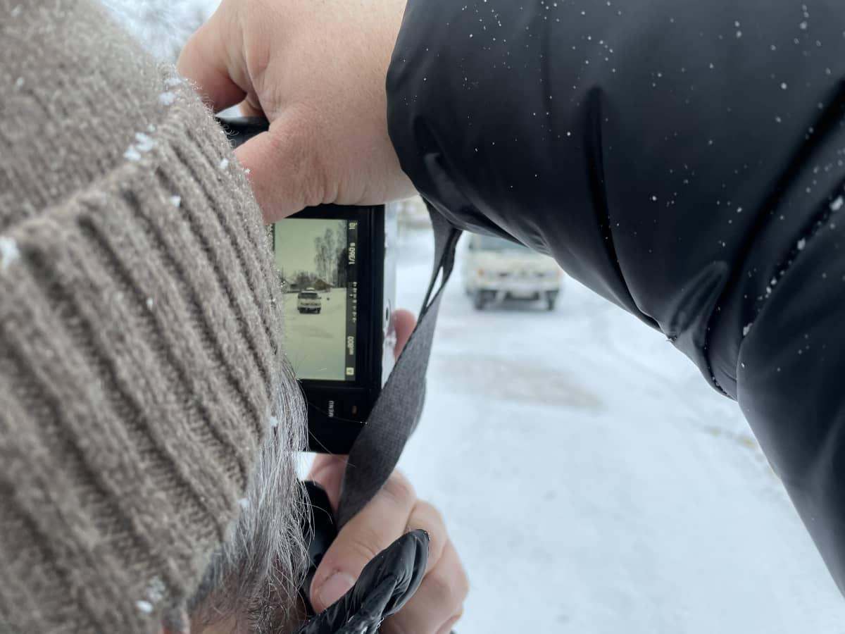 Kai Öhman ottaa valokuvaa pakettiautosta.