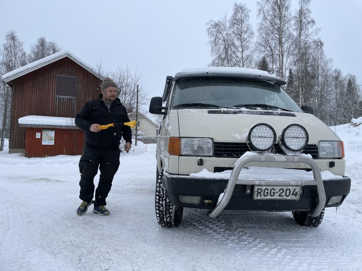 Kai Öhmän menossa puhdistamaan jäätä pakettiauton etuikkunasta.