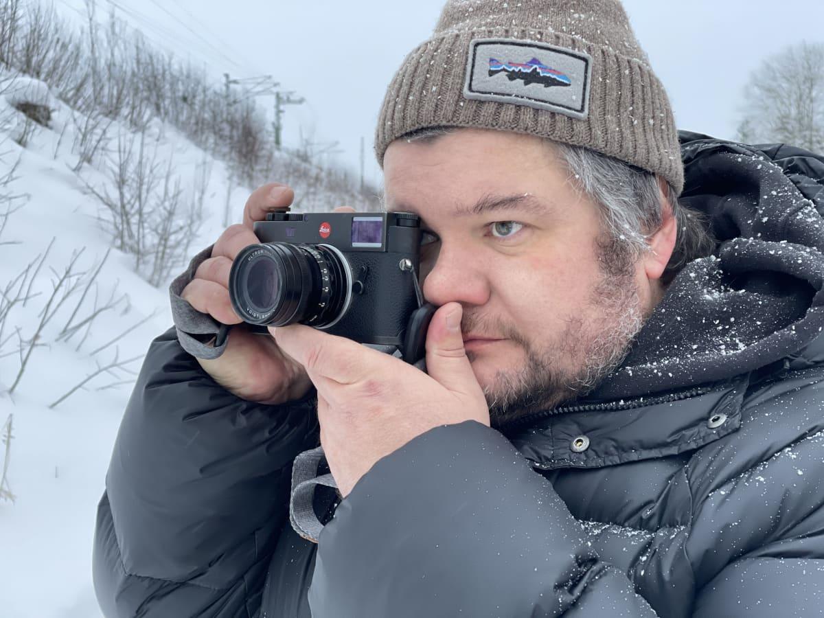 Kai Öhman ottaa valokuvaa Suonenjoella.