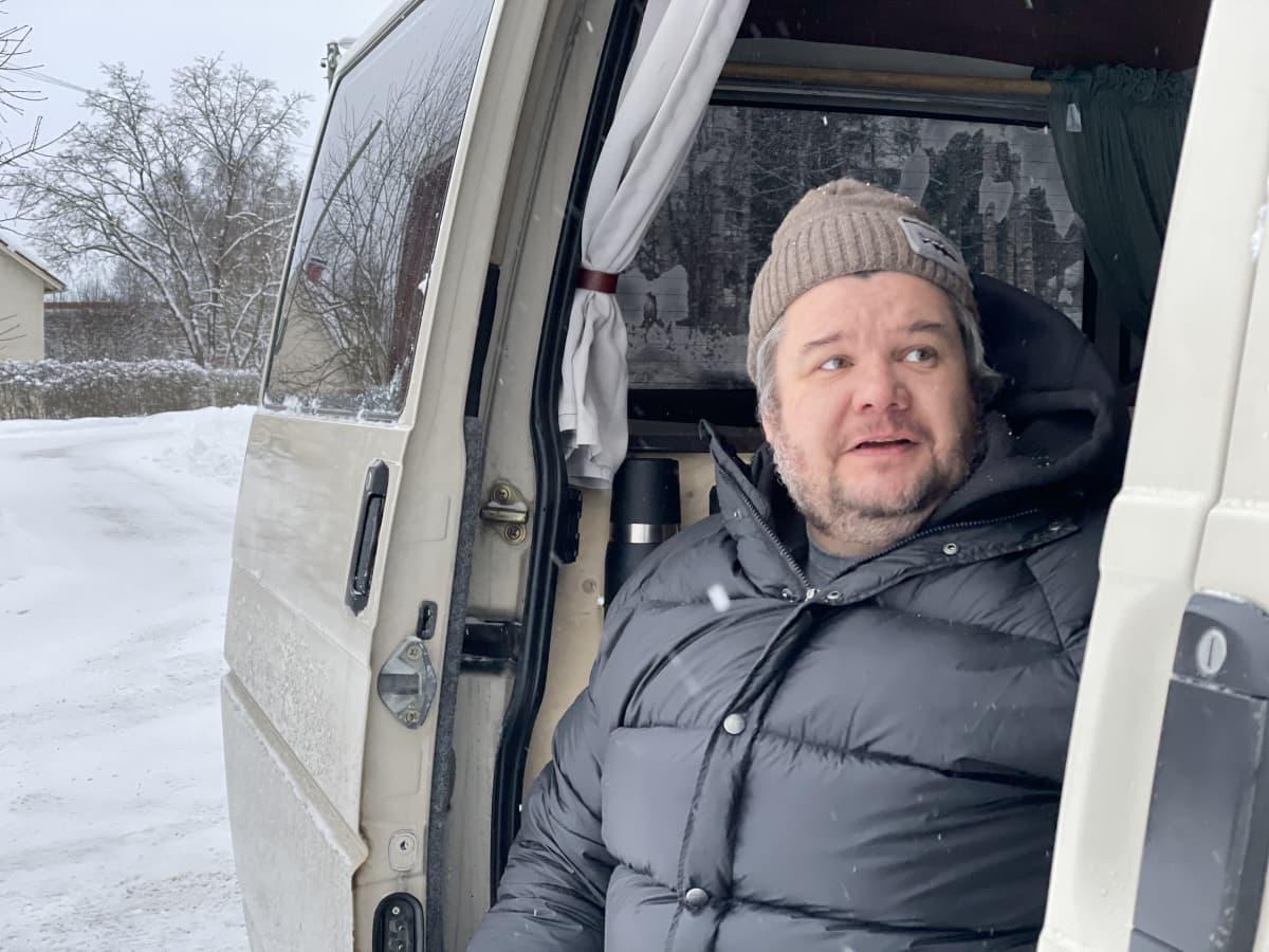 Kim Öhman istuu pakettiautossa, sivuovi on auki.