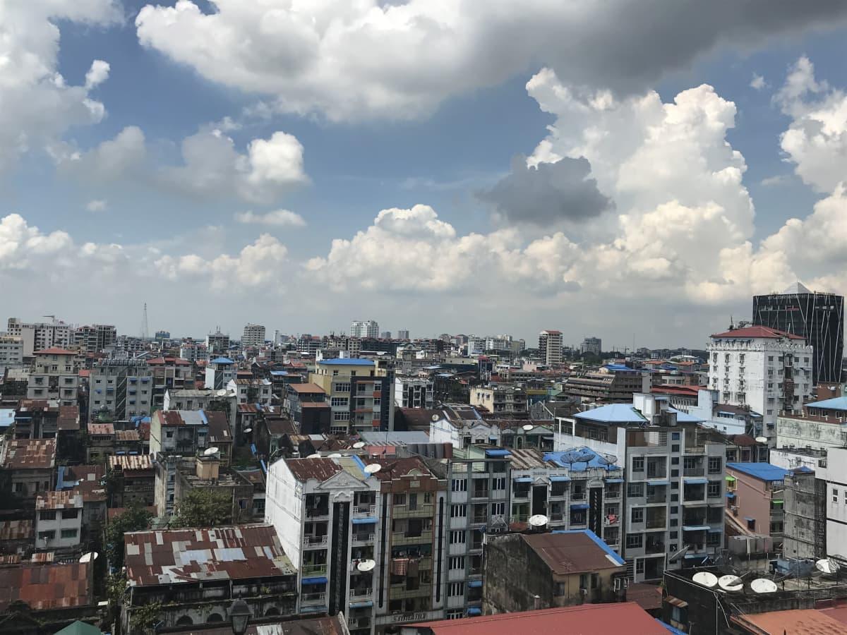 Myanmarin suurimman kaupungin Yangonin kaupunkikuva.