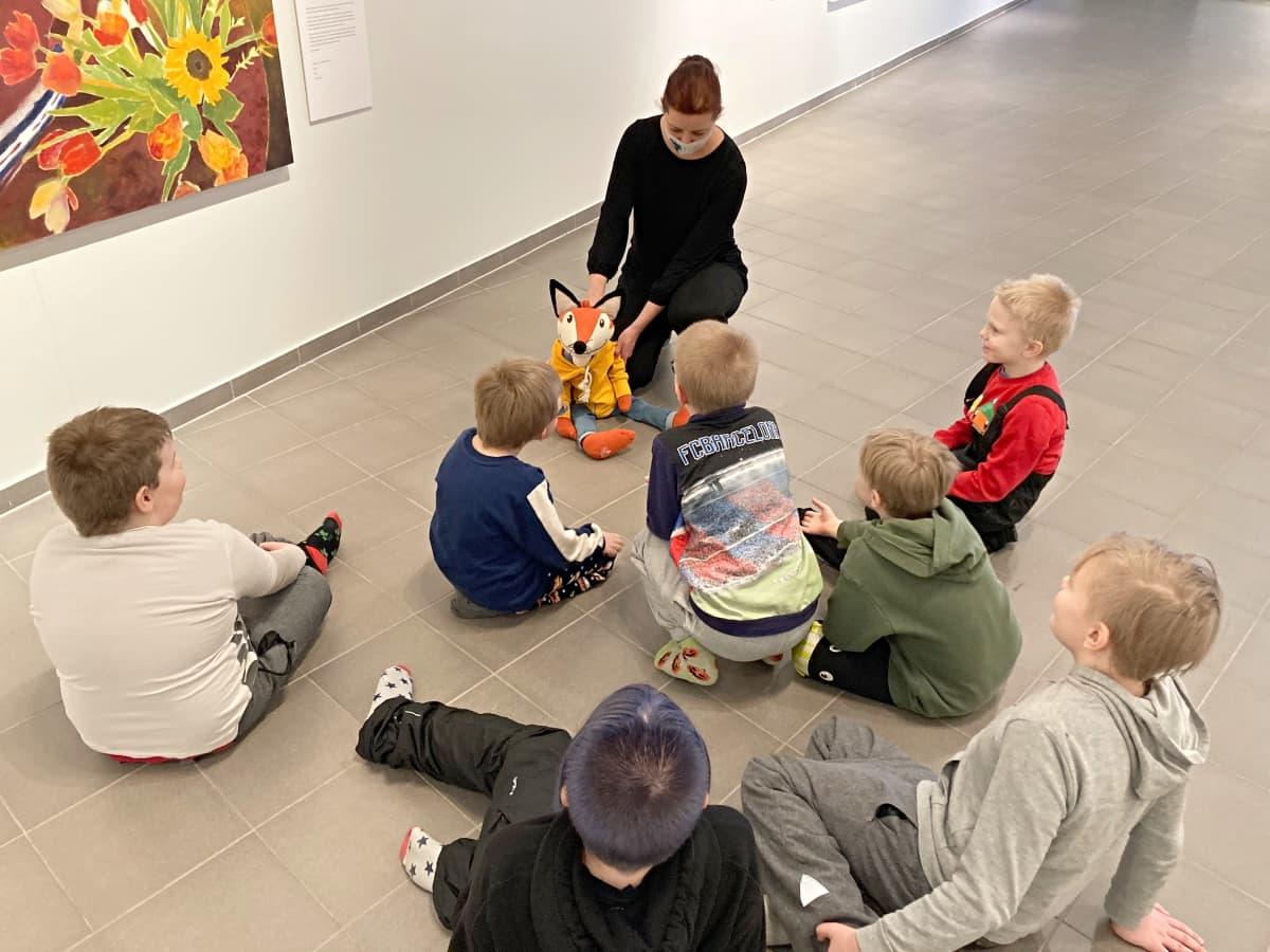 Lapsiryhmä seuraa KulttuuriKetun esittelyä Kemin Taidemuseossa