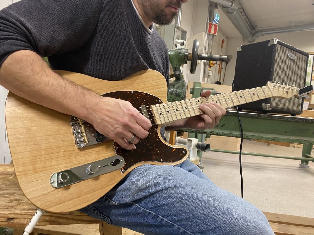 Anthony Brantberg soittaa kitaraa Kymin Nikkarien pajalla Kuusankoskella