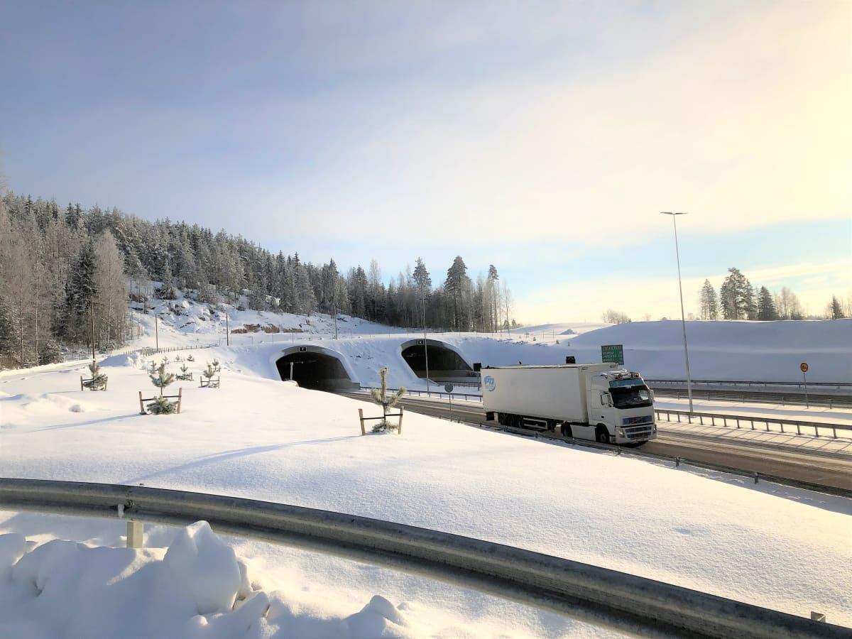 Rekka-auto ajaa ulos Lahden eteläisen kehätien Liipolan tunnelista.