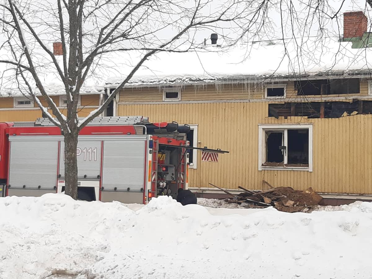 Tulipalossa vaurioitunut omakotitalo, edustalla paloauto.