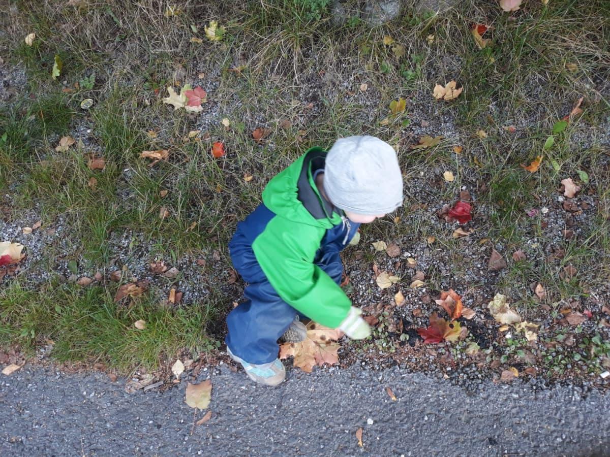 lapsi leikkii maassa