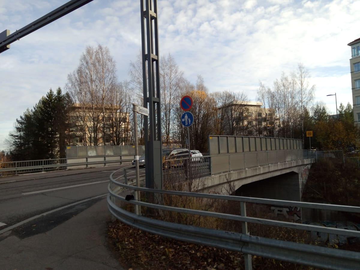 Tampereen Sepänkadun silta ylittää Pohjanmaan ja Satakunnankadun radan.