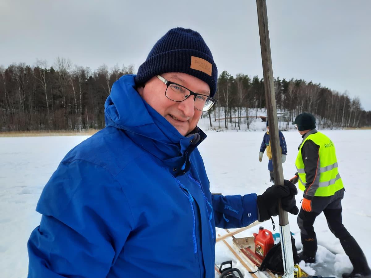 Vesibiologi Kari-Matti Vuori joulukuusten upotustalkoissa Sunisenselällä Saimaalla