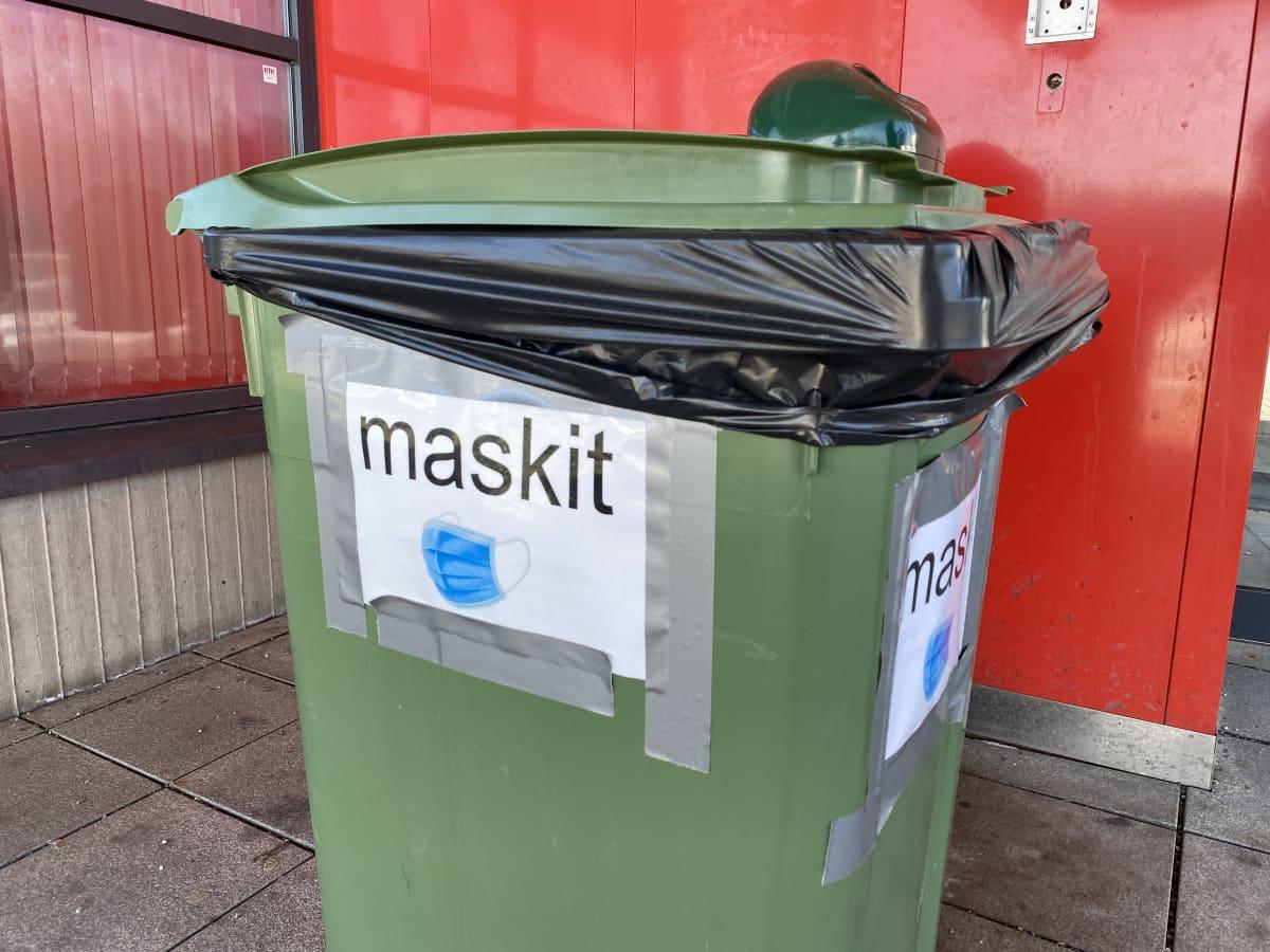 """roska-astia, jonka kyljessä lukee teksti """"maskit"""""""