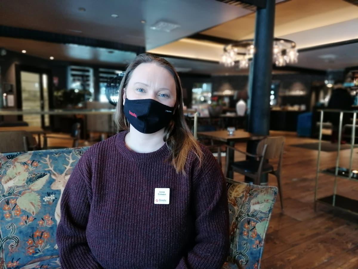 Bomban hotellinjohtaja Sanna Tenhunen on huomannut, että matkailijat ovat porrastaneet lomiaan.