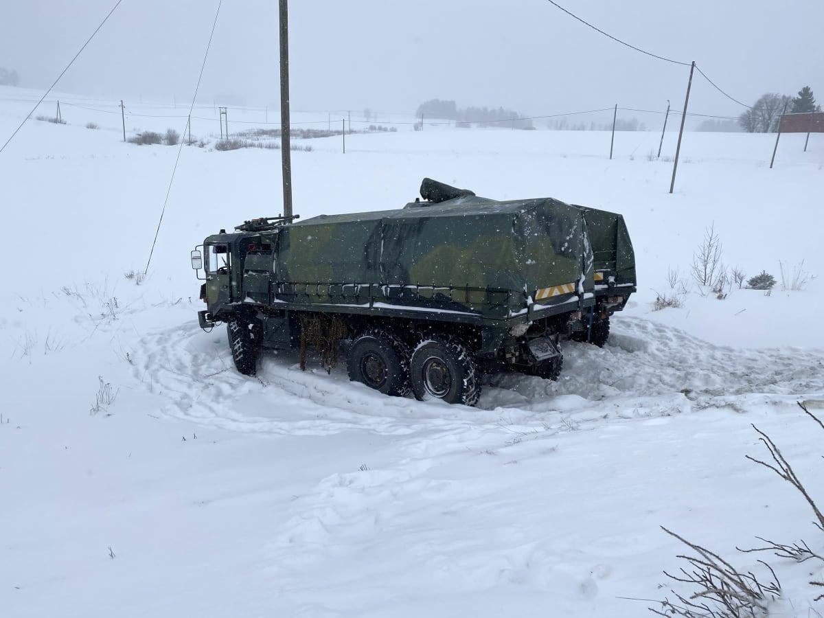 Kaksi puolustusvoimien ajoneuvoa ajautui pellolle liikenneonnettomuudessa Hollollassa Valtaite 12:lla.