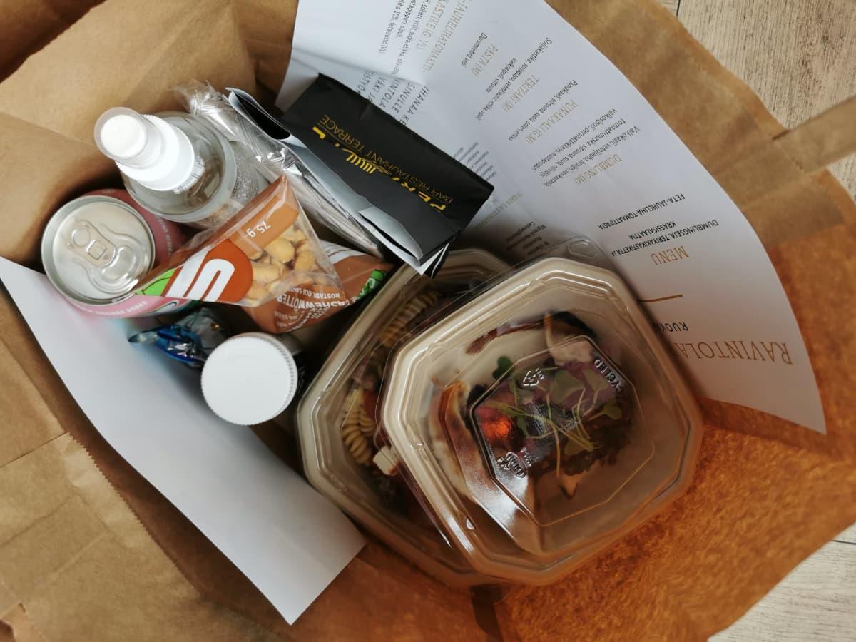 Periscope ja 4 vuodenaikaa -ravintoloiden ruokakassin sisältö.
