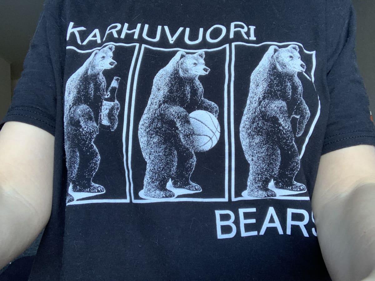 t-paidassa Karhuvuori Bears -printti ja karhuja pelaamassa korista
