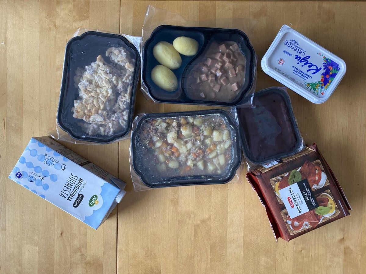 Ruoka-annoksia pöydällä