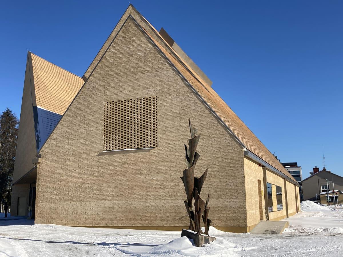 Ylivieskan uusi kirkko ulkoa.