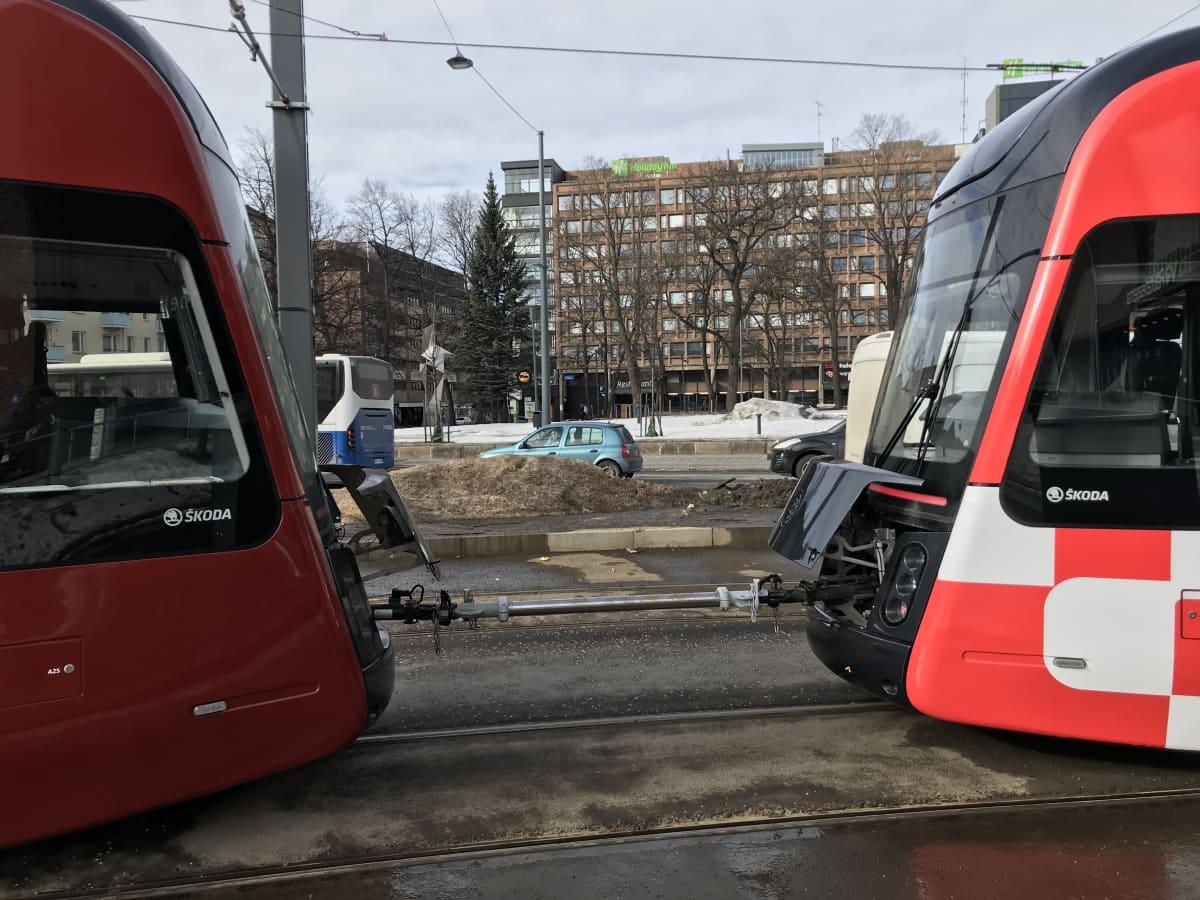 Ratikka jäi jumiin Tampereen keskustassa.