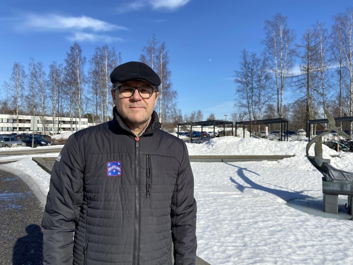 Kuvassa Soiten hallituksen puheenjohtaja Veikko Laitila seisoo Keski-Pohjanmaan keskussairaalan pihalla patsaan vieressä.