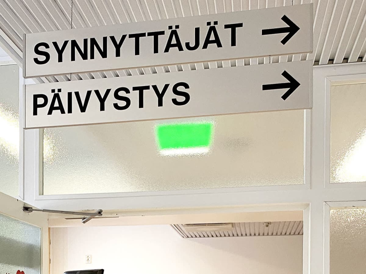 Opastuskyltti synnytysosastolle sairaalan käytävällä.