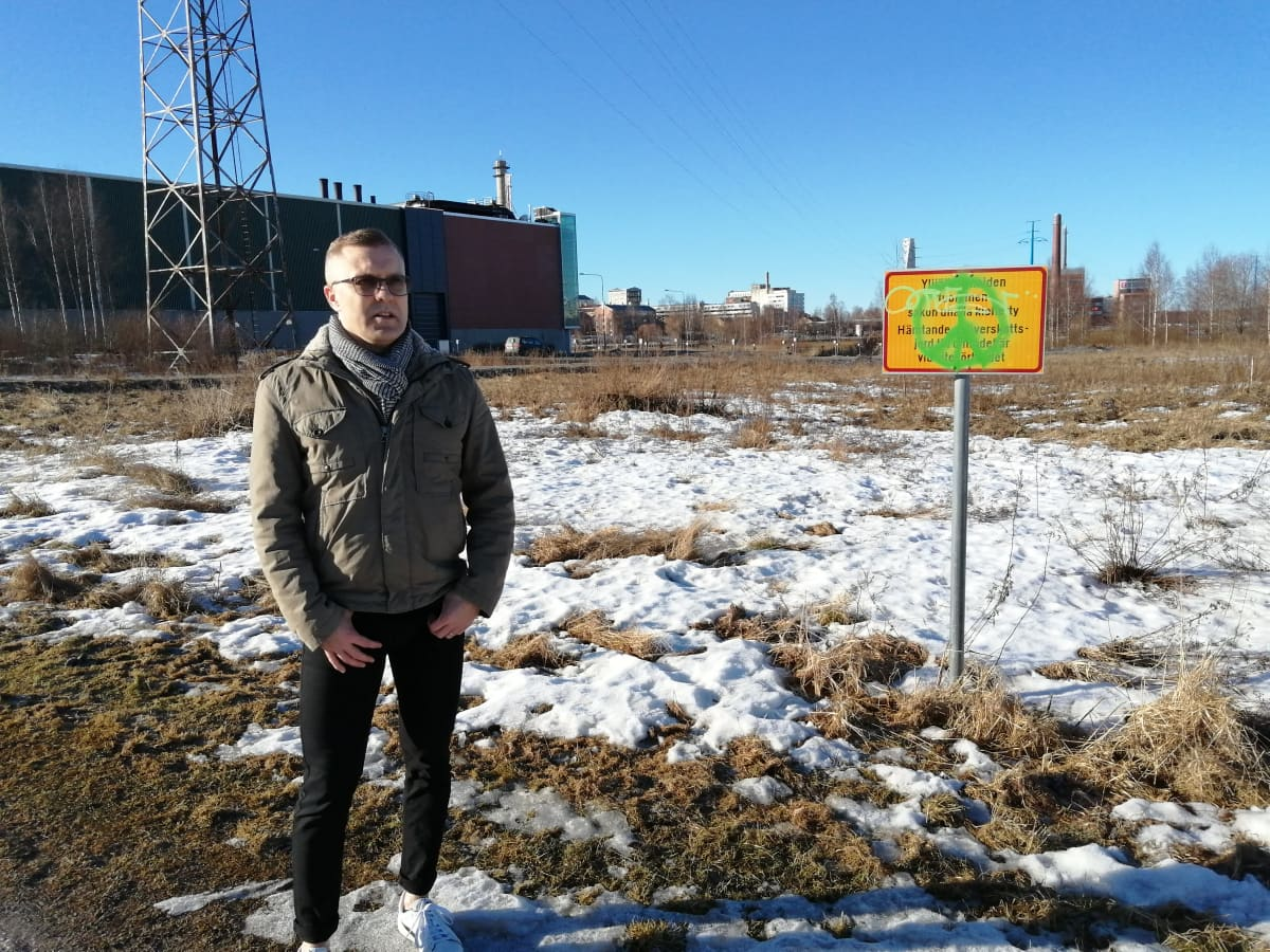 Vaasan kaupungin projektipäällikkö Tomi Paalosmaa seisoo paikalla johon Onkilahdessa valmistuu skeittiparkki.