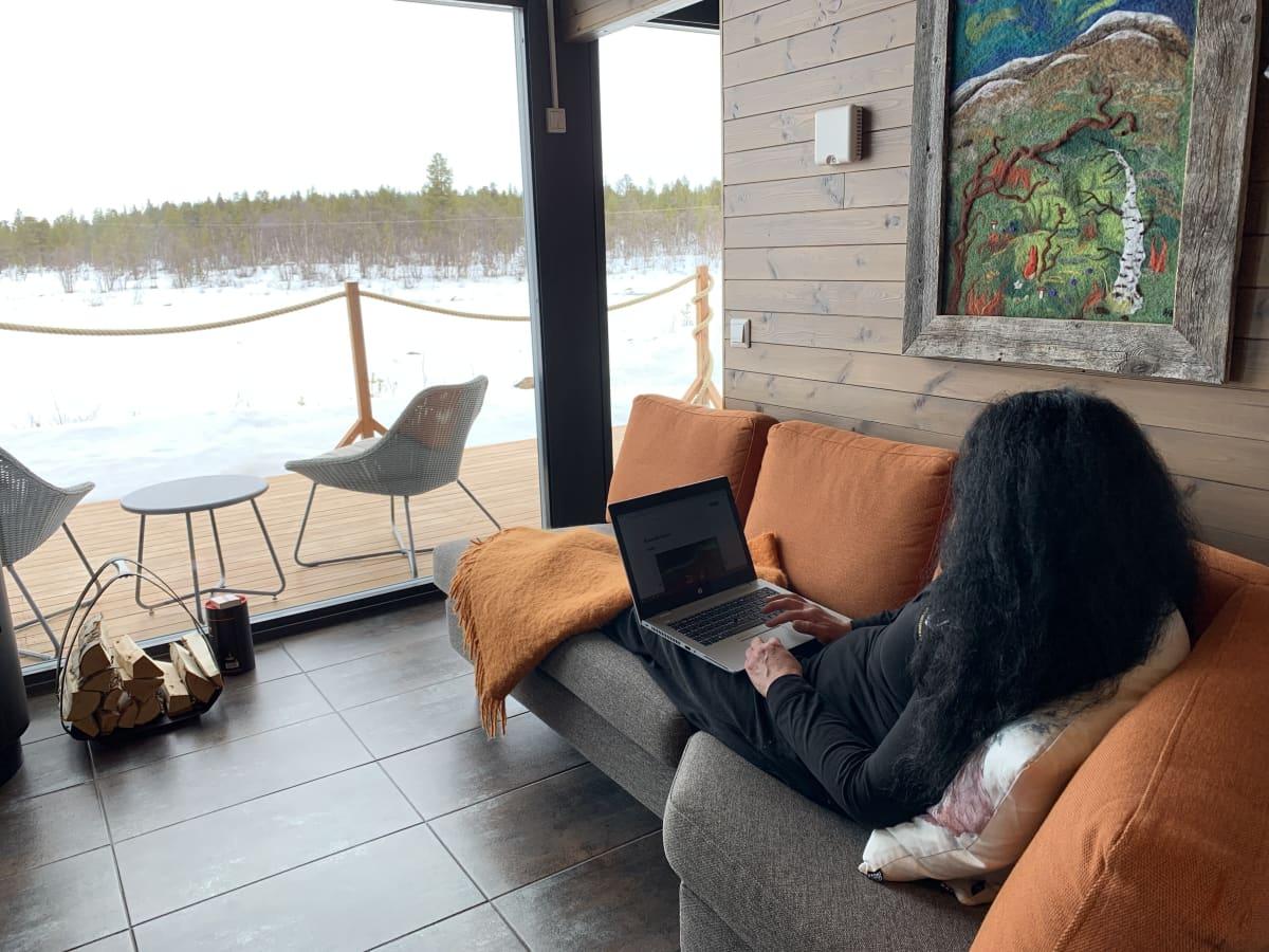 Etätyömatkailija tekee töitä matkailijoiden majoitustiloissa.