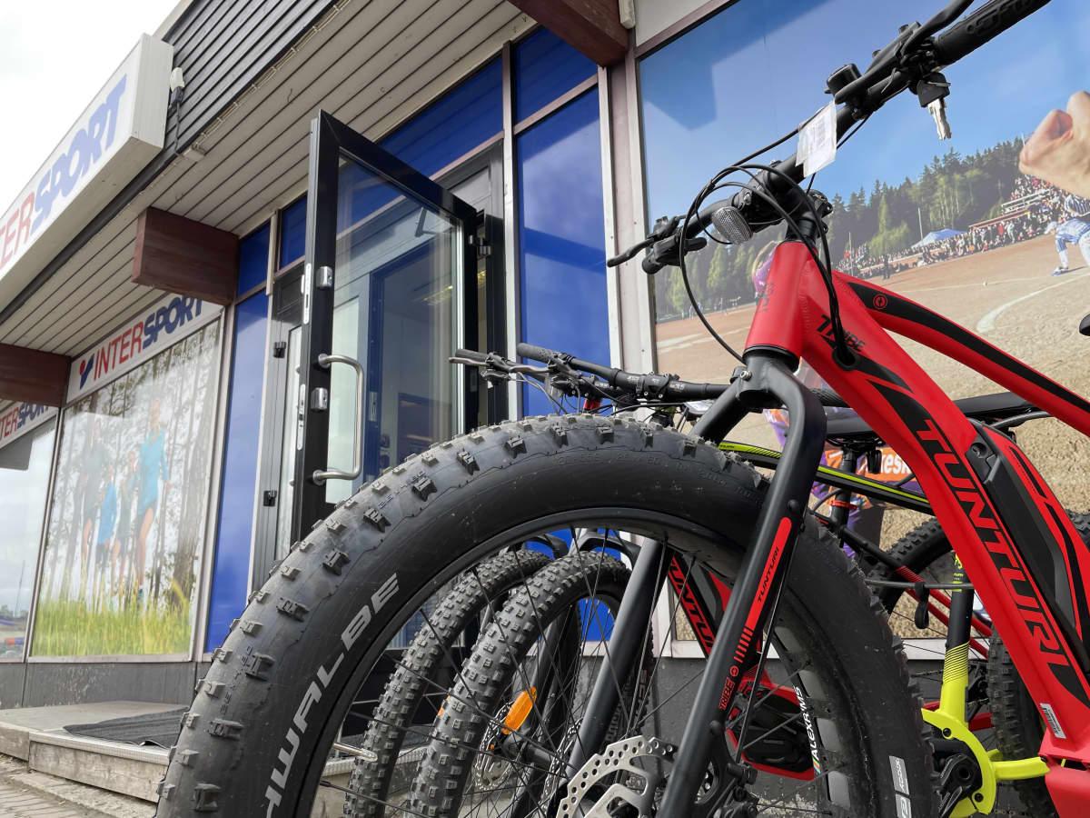 Polkupyörä kuvattuna alaviistosta