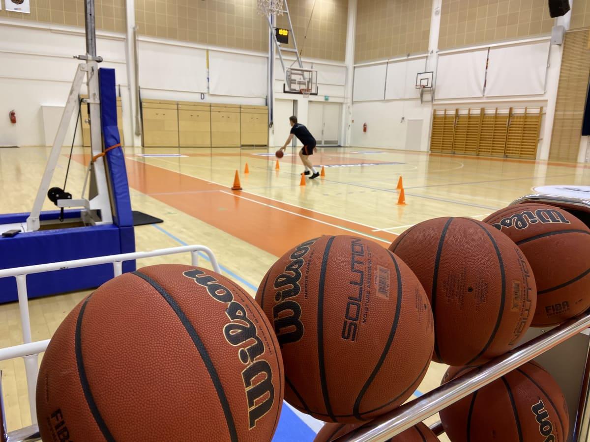 Koripalloilija harjoittelemassa hallissa