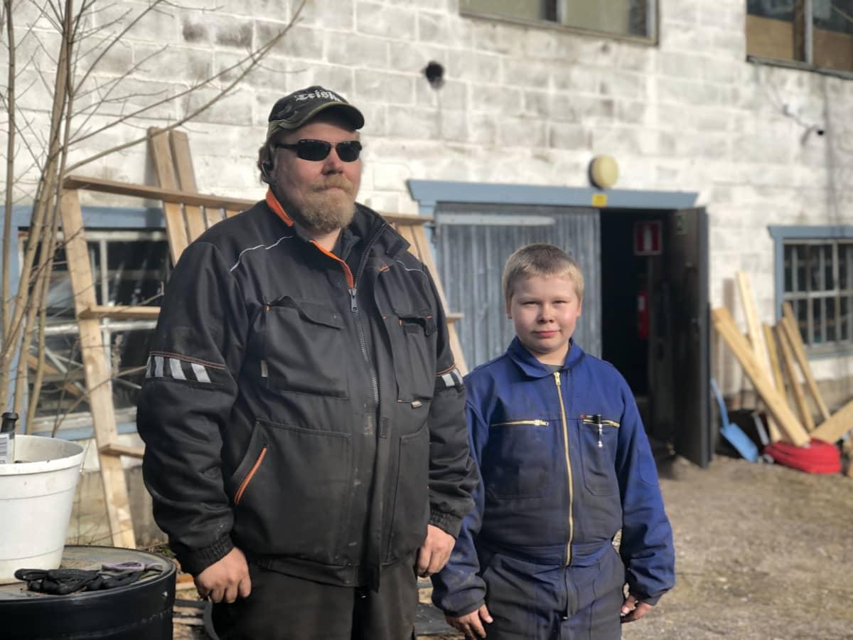 Jani Mikkonen poikansa Jarkon kanssa