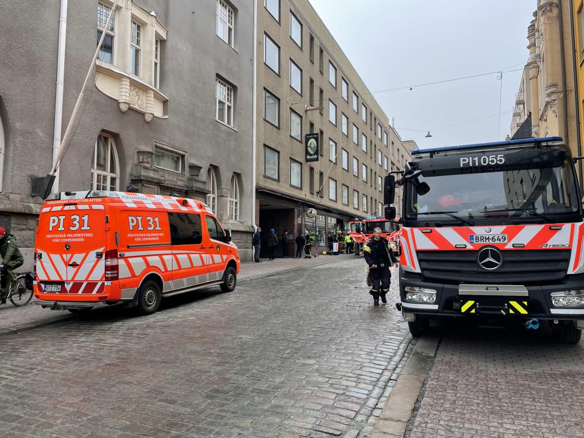 Paloautoja ja ambulanssi Tampereen Kauppakadulla Ravintola Artturin kohdalla.