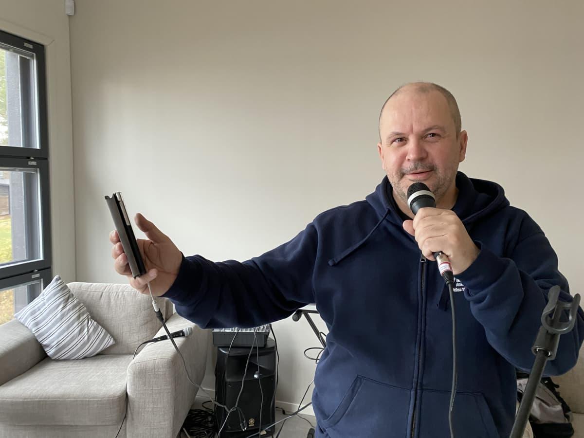 Pekka Perttunen laulaa karaokea fb-ryhmässä kotonaan 26.4.2021.