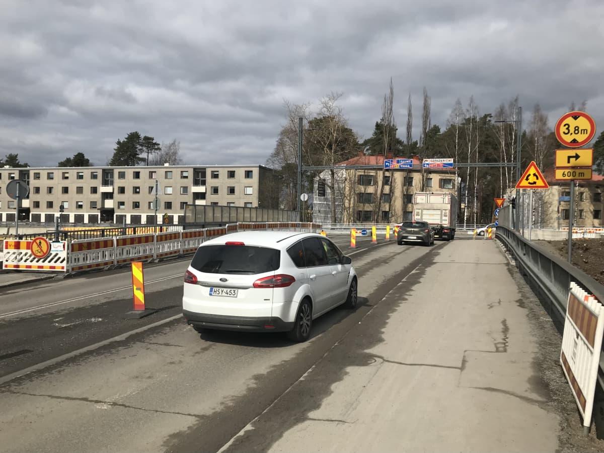 Autoja Sepänkadun sillalla
