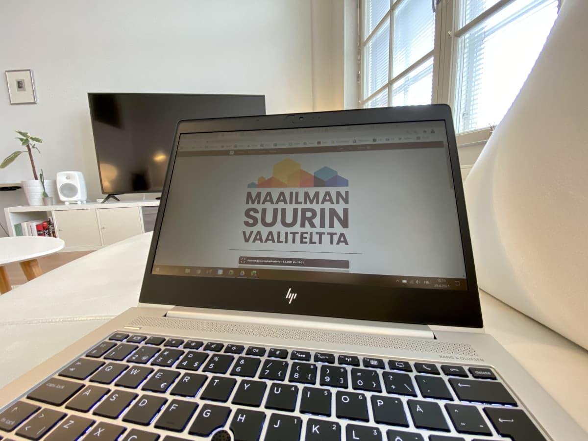 Kannettava tietokone, jonka näytöllä näkyy Ylen Maailman suurin vaaliteltta -verkkopalvelu.