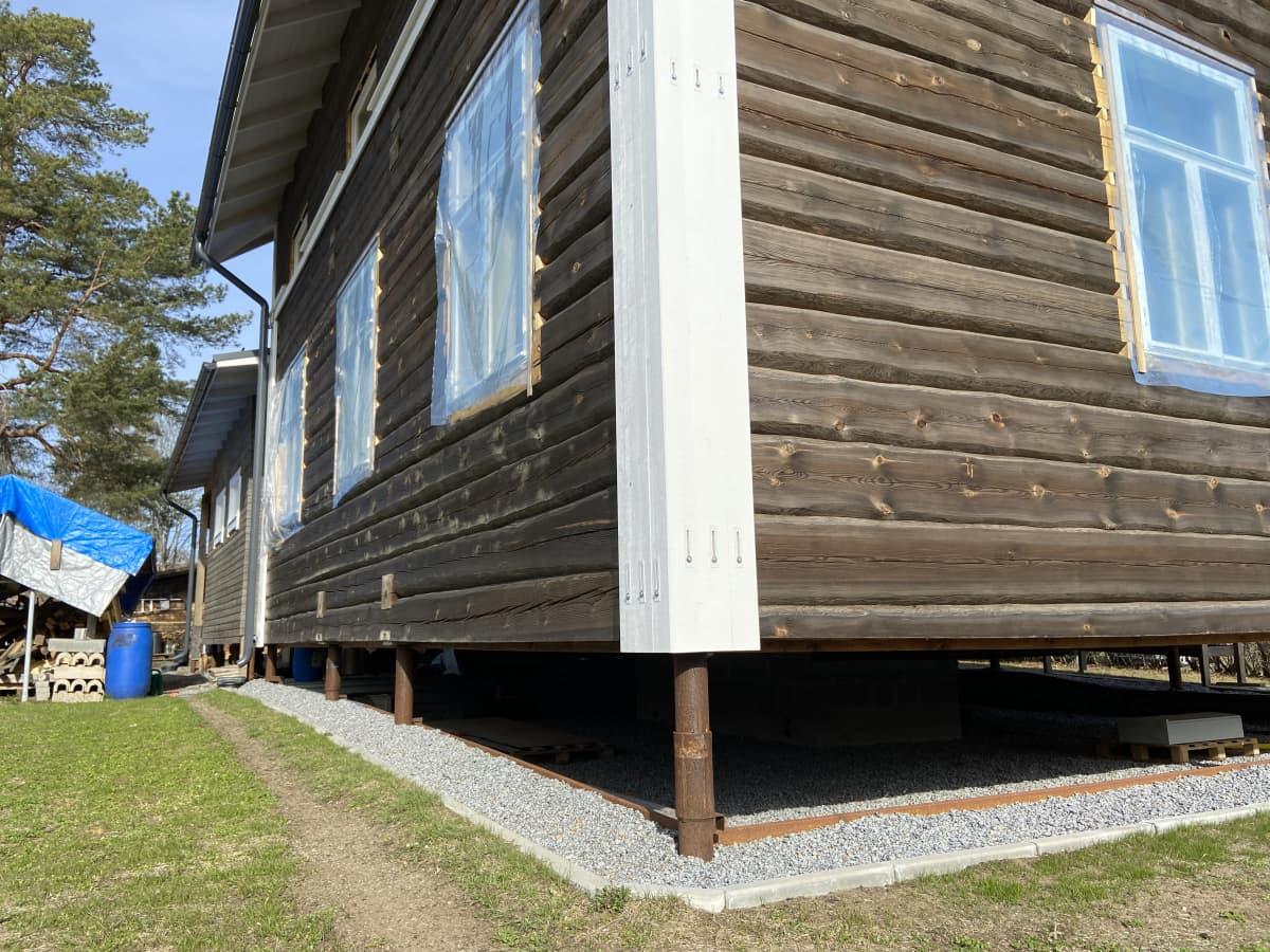 rakenteilla oleva omakotitalo, jossa on tuulettuva alapohja eli rossipohja