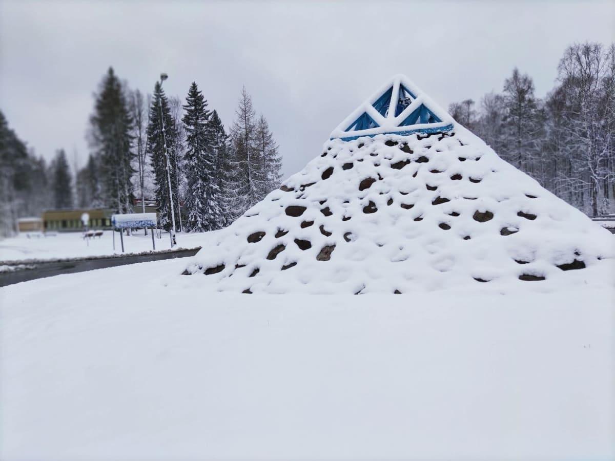 Uimaharjun liikenneympyrän taideteos lumen peittämänä.