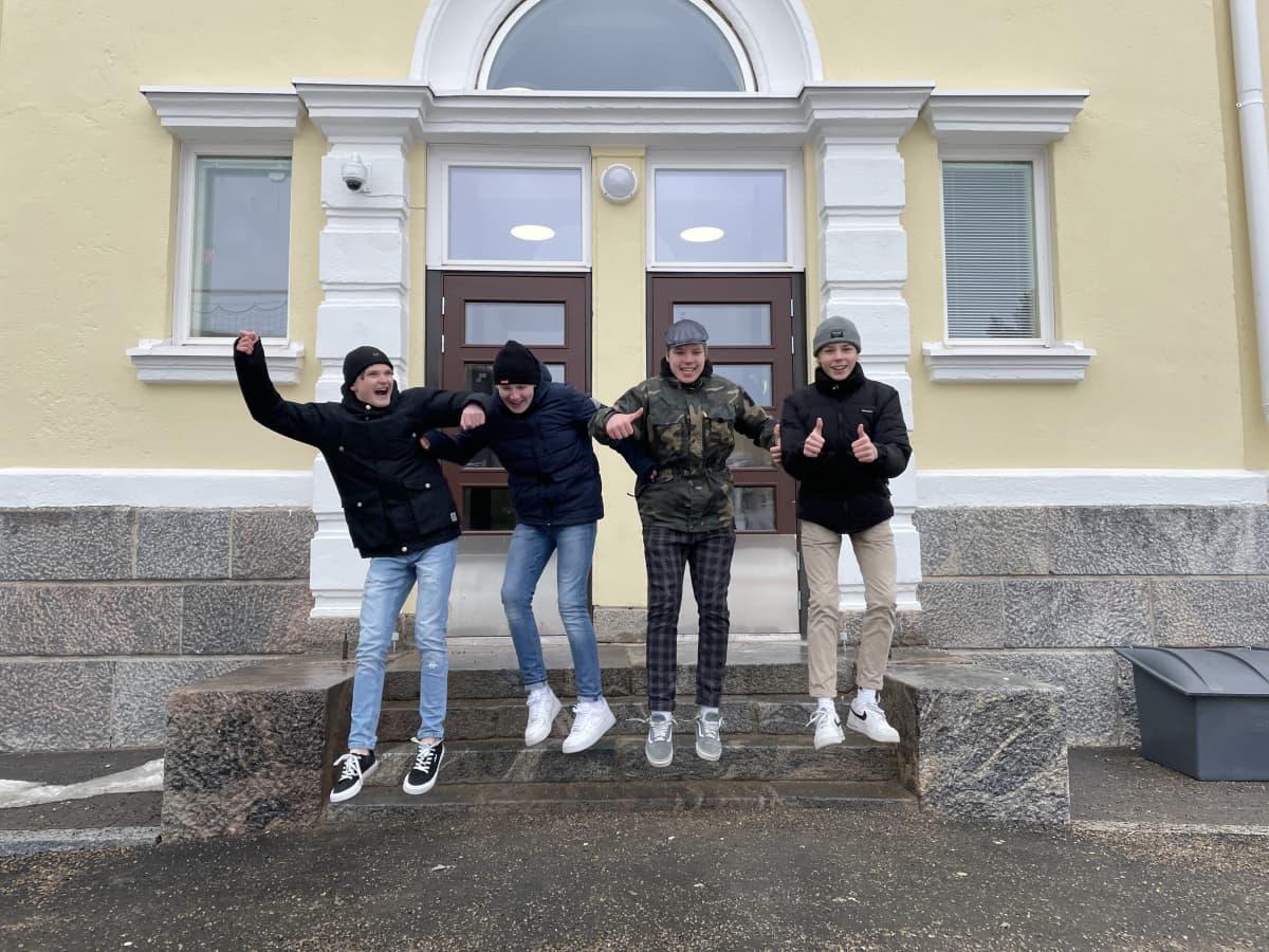 Nuoret hyppäävät ilmaan koulun portailla