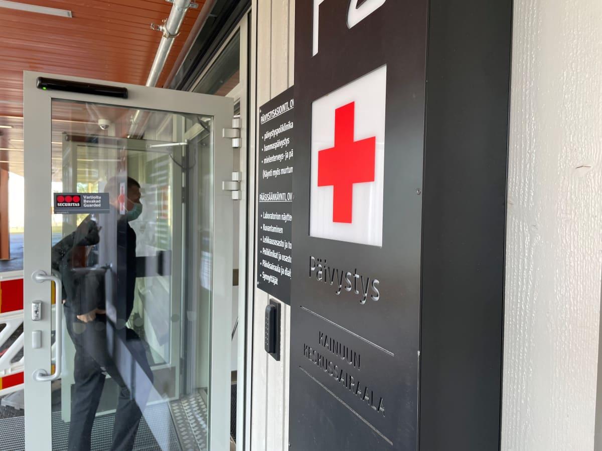 Mies kävelee sisään ovesta Kainuun keskussairaalan päivystyspoliklinikalla.