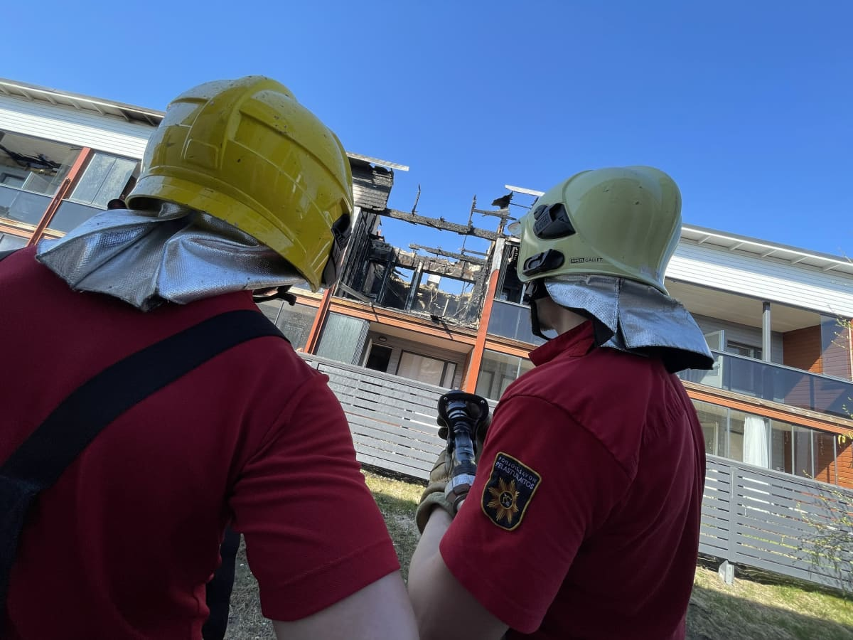 Pelastajat katsovat tuhoutunutta luhtitalohuoneistoa