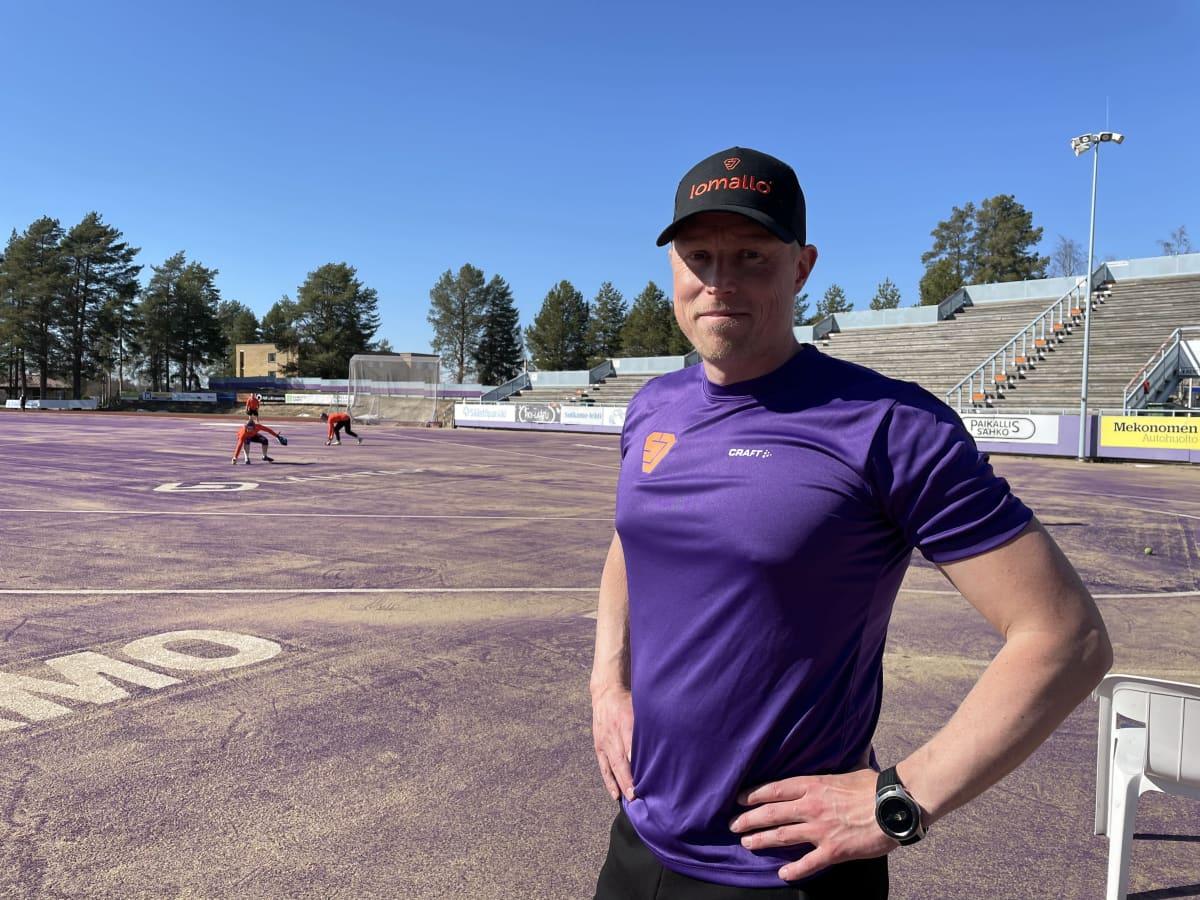 Sotkamon Jymyn päävalmentaja Jani Komulainen Hiukan pesäpallostadionilla.