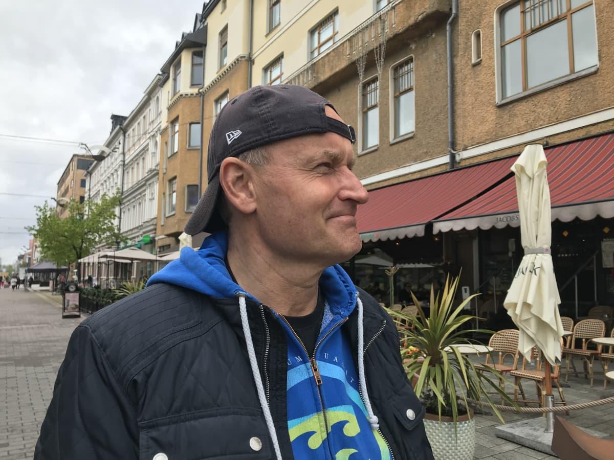Janne Porkka ulkona Turun keskustassa
