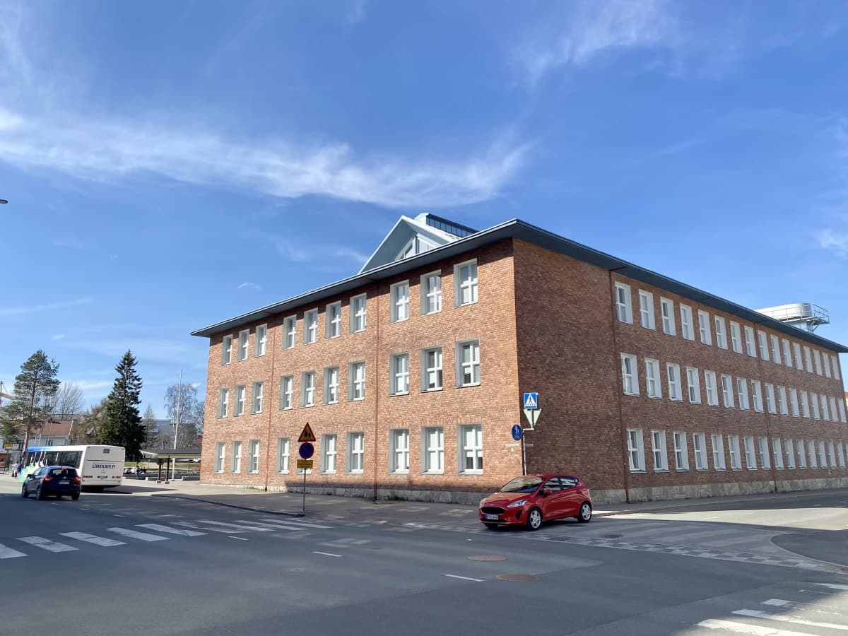 Tiilirakennus, jossa toimii Rovaniemen Lyseonpuiston lukio.
